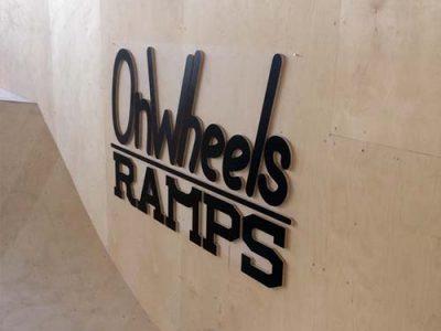 OnWheels Ramps puidust logo